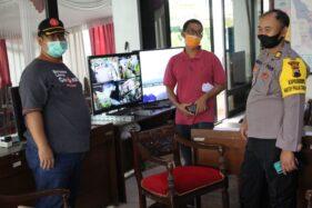 Sukarelawan, petugas BPBD, dan polisi memantau perkembangan aktivitas Gunung Merapi dan tempat evakuasi sementara melalui CCTV di posko induk yang berlokasi di Pendopo Pemkab Klaten, Jumat (4/12/2020). (Solopos/Taufiq Sidik Prakoso)