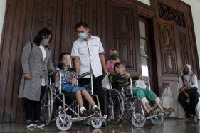 Wali Kota Salatiga, Yuliyanto, berbincang dengan seorang penyandang disabilitas saat peringatan Hari Disabilitas Internasional di Pendapa Rumah Dinas Wali Kota Salatiga, Kamis (3/12/2020). (Semarangpos.com/Humas Setda Salatiga)