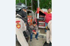 Triyono (duduk), diamankan polisi setelah kedapatan mencopet penumpang bus Semarang-Solo. (Istimewa/Ahmad Thoriq)