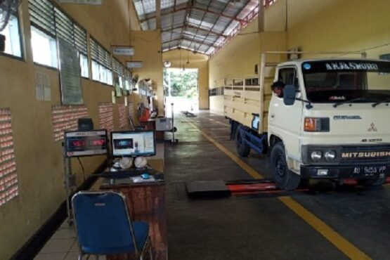 Salah satu kendaraan angkutan barang diuji kir oleh petugas Dishub Karanganyar di Kantor Dishub Karanganyar Selasa (1/12/2020). (Solopos.com-Dishub Karanganyar)