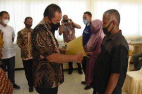 Bupati Karanganyar, Juliyatmono, menyerahkan hibah ternak tahap pertama kepada 177 peternak di Kabupaten Karanganyar, Jawa Tengah, Selasa (1/12/2020). (Solopos.com-Diskominfo Karanganyar)