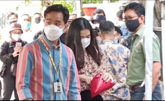 Cawali Solo Gibran Rakabuning Raka ditemani sang istri, Selvi Ananda tiba di TPS 022 Manahan, Banjarsari, Rabu (9/12/2020) pukul 08.38 WIB. (Solopos.com/Kurniawan)