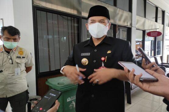 Bupati Wonogiri, Joko Sutopo, memberi keterangan kepada wartawan. (Solopos.com/M. Aris Munandar)