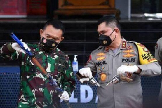 Kapolda Metro Jaya Irjen Pol. Fadil Imran (kanan) bersama Pangdam Jaya Mayjen TNI Dudung Abdurachman menunjukkan senjata yang disebut sebagai barang bukti penyerangan polisi di Mapolda Metro Jaya, Jakarta, Senin (7/12/2020). (Antara)