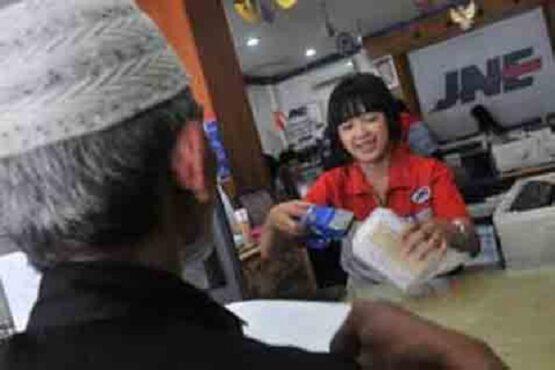 Petugas JNE melayani klien sebelum adanya boikot jasa pengiriman barang tersebut. (Bisnis-JNE)
