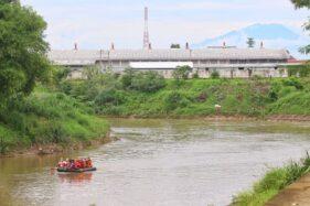 Perahu karet uji coba jalur wisata air Sungai Bengawan Solo dari Beton, Sewu, menuju Pucangsawit, Jebres, Solo, Jumat (4/12/2020). (Solopos/Nicolous Irawan)