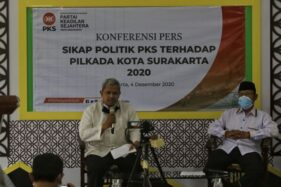 Ketua DPD PKS Kota Solo, Abdul Ghofar Ismail (kiri), mengumumkan sikap PKS pada Pilkada 2020 di lantai II kantor DPD PKS, Solo, Jumat (4/12/2020). (Solopos/Nicolous Irawan)