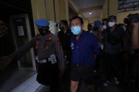 Tersangka kasus penembakan LJ (tengah), digiring polisi saat rilis di Mapolresta Solo, Jumat (4/12/2020). (Solopos/Nicolous Irawan)