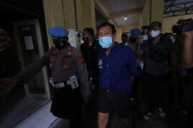 Tersangka kasus penembakan Lukas Jayadi (tengah) digiring polisi saat rilis di Mapolresta Solo, Jumat (4/12/2020). (Solopos/Nicolous Irawan)