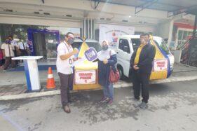 BRI Cabang Sukoharjo menyerahkan grandprize mobil kepada nasabah penerima Panen Hadiah Simpedes Kantor Cabang BRI Sukoharjo pada Rabu (2/12/2020). (Solopos/ Indah Septiyaning W.)