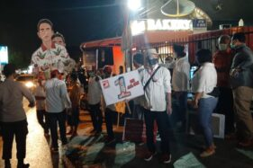 Pengurus PSI lima kecamatan Kota Solo melakukan aksi dukungan kepada pasangan Gibran Rakabuming Raka-Teguh Prakosa di depan Gedung TATV, Kamis (3/12/2020) malam. (Solopos/Kurniawan)
