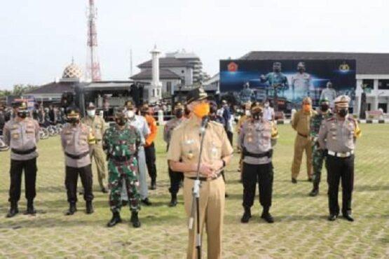 Gubernur Jateng, Ganjar Pranowo, saat memberikan arahan kepada personel gabungan yang akan menjalankan Operasi Lilin Candi 2020 di Mapolda Jateng, Senin (21/12/2020). (Semarangpos.com-Bidhumas Polda Jateng)
