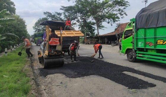 Pekerja dari Bina Marga Provinsi Jateng melakukan perbaikan jalan di ruas Purwodadi-Godong. (Solopos.com, Arif Fajar Setiadi)