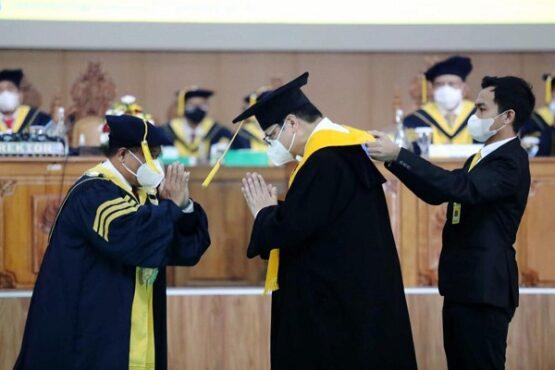 Ketua Umum Pengurus Besar Wushu Indonesia, Airlangga Hartarto (tengah) dianugerahi gelar Doktor Honoris Causa oleh Unnes. (Solopos.com/Kemenpora)