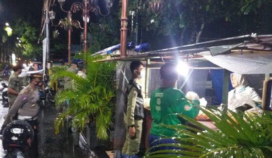 Aparat gabungan mengingatkan PKL di Alun-alun Klaten agar segera menutup usahanya, Kamis (31/12/2020) pukul 20.30 WIB. Kegiatan itu dilakukan guna menghindari kerumunan di tengah pandemi Covid-19 di malam Tahun Baru 2021. (Solopos.com/Ponco Suseno)
