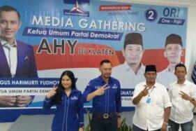 Ketua Umum Partai Demokrat, Agus Harimurti Yudhoyono (AHY) berfoto dengan paslon One Krisnata-Muhammad Fajri (ORI) di Hotel Galuh, Prambanan, Klaten, Kamis (3/12/2020). (Solopos-Ponco Suseno)
