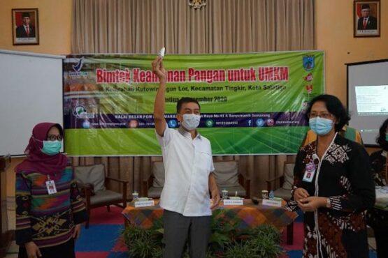 Wali Kota Salatiga, Yuliyanto (tengah), memberikan penyuluhan kepada pengusaha karak di Aula Kutowinangun, Salatiga, Selasa (8/12/2020). (Istimewa-Humas Setda Salatiga)