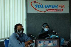 Pengelola Program KPA Solo Tommy Prawoto (kiri) dan Anggota Gempita Kota Solo, Fatimah Zakiyah (kanan), berbincang mengenai pentingnnya generasi milenial paham HIV di Studio Solopos FM Solo, Senin (30/11/2020). (Solopos/Wahyu Prakoso)