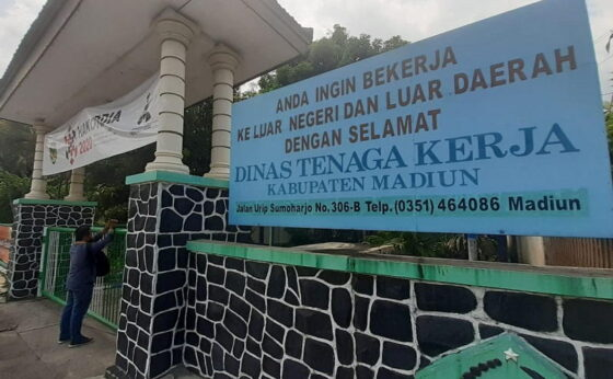 Kantor Disnaker Kabupaten Madiun ditutup sementara, Selasa (29/12/2020). (Abdul Jalil/Madiunpos.com)