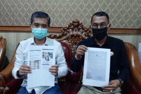 Ketua Tim Pemenangan EA Wawan Pribadi (kiri) menunjukkan bukti unggahan akun FB Yayoek Yayoek terkait surat suara rusak di Gedung DPRD Sukoharjo pada Jumat (4/12/2020) siang. (Solopos/Indah Septiyaning W.)