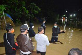 Bupati Madiun Ahmad Dawami melakukan pengecekan kondisi banjir di salah satu desa, Minggu (6/12/2020). (Istimewa/BPBD Madiun)
