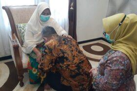 Sebelum Berangkat ke TPS, Cawabup Ponorogo Bambang dan Istri Sungkem ke Orang Tua