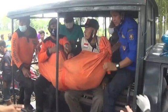 Petugas membawa jenazah petani yang meninggal setelah menghirup gas beracun di sumur Desa Sidodadi, Kecamatan Mejayan, Kabupaten Madiun, Selasa (15/12/2020). (Istimewa)