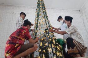 Indahnya Toleransi, Pemuda Muslim Bantu Hias Pohon Natal di Madiun