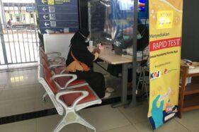 Salah satu penumpang KA jarak jauh melakukan tes cepat Covid-19 di Stasiun Solo Balapan, Senin (30/11/2020). (Solopos/Farida Trisnaningtyas)