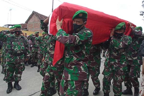 Isak Tangis Iringi Pemakaman Pelda Eka Korban Kecelakaan Mobil Dihantam KA di Sragen