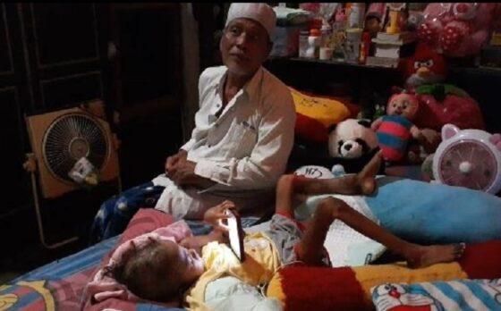 Totok Sujito bersama sang cucu, Syafa Syakila Hasanah yang mengalami kanker Tulang, Senin (28/12/2020). (Abdul Jalil/Madiunpos.com)