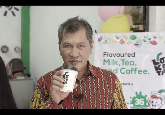 Tokoh masyarakat Wonogiri sekaligus mantan Ketua DPRD Wonogiri, Setyo Sukarno, saat mencicipi minuman Lokita di gerai Kelurahan Giritirto, Kecamatan Wonogiri, Wonogiri, Jumat (11/12/2020). (Istimewa)