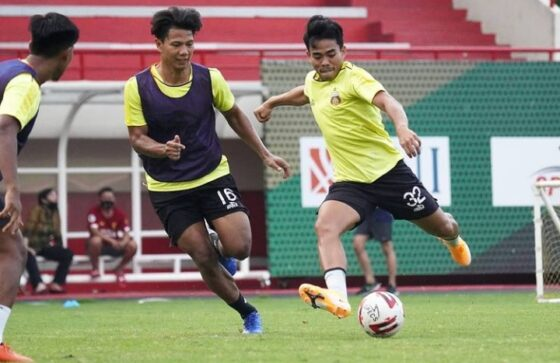 Bek Bhayangkara Solo FC, Nurhidayat (kanan) dibayangi Ahmad Jufriyanto dalam latihan di Stadion PTIK beberapa waktu lalu. (istimewa)
