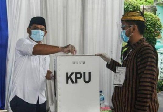 Cabup Ngawi Ony Anwar saat memasukkan surat suara di kotak suara, Rabu (9/12/2020). (Istimewa/Instagram @masonyanwar)