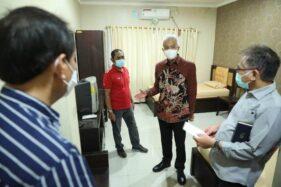 Gubernur Jateng, Ganjar Pranowo dan Wali Kota Solo, F.X. Hadi Rudyatmo, meninjau kesiapan Asrama Haji Donohudan untuk menampung pasien Covid-19, Sabtu (5/12/2020). (Istimewa-Humas Pemprov Jateng)