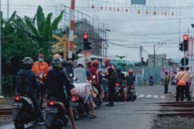 Bangjo di Jalan Lingkar Selatan Klaten Ini Bikin Antrean Kendaraan di Rel, Bahaya Lur!