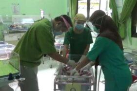 Petugas kesehatan RSUD Caruban merawat bayi laki-laki ditemukan di pos ronda di Desa Tapelan, Balerejo, Kabupaten Madiun, Senin (30/11/2020). (Istimewa)