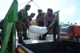 Anggota Polres Klaten dan Kodim Klaten mengusung beras bantuan di Mapolres Klaten, Rabu (2/12/2020). (Solopos-Ponco Susen)