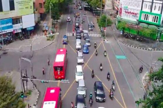 Foto udara uji coba bus Batik Solo Trans (BST) Koridor 1 melintasi jalur contra flow Jl. Slamet Riyadi pada Kamis (24/12/2020).(Istimewa/Dishub Solo)