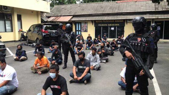Sekitar 30 orang yang menggeruduk Kantor BPR di Serengan, Solo, menjalani pemeriksaan di Mapolresta Solo, Selasa (22/12/2020). (Solopos-Ichsan Kholif Rahman)