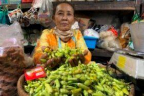 Pedagang bahan pokok di Pasar Jungke, Karanganyar, menunjukan dagangan cabainya Selasa (15/12/2020). Saat ini harga cabai naik hingga dua kali lipat akibat gagal panen. (Candra Mantovani/Solopos)