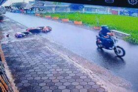 Rekaman CCTV menampilkan korban dugaan penjambretan terjatuh di Jalan Nitipuran, Desa Ngestiharjo, Kecamatan Kasihan, Kabupaten Bantul, Rabu (25/11/2020). - (Suara.com)