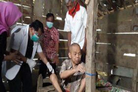 Kakek-kakek asal Kemusu, Boyolali, yang dipasung di kandang sapi oleh keluarganya selama delapan tahun terakhir. (Detik.com)