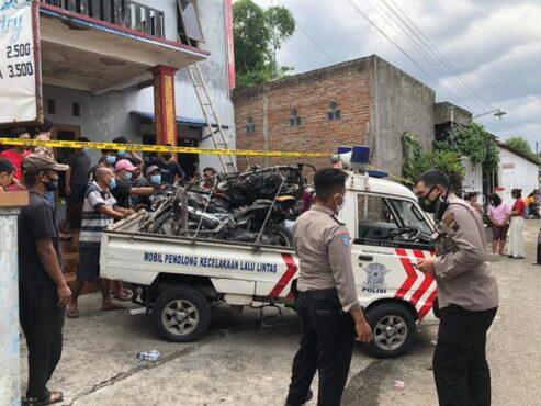 Empat sepeda motor diangkut menggunakan mobil pikap dari lokasi rumah indekos yang terbakar di Gembongan, Kartasura, Sukoharjo, Jumat (25/12/2020). (Solopos/Ichsan Kholif Rahman)