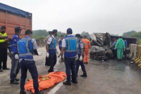 Petugas mengevakuasi korban kecelakaan lalu lintas di Tol Madiun-Nganjuk KM 631, Desa Pajaran, Saradan, Kabupaten Madiun, Kamis (3/12/2020) pagi. (Madiunpos.com-Abdul Jalil)