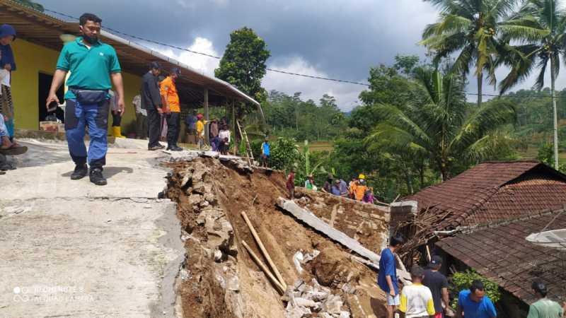 Hujan Semalaman, Talut Depan Rumah Eks Perdes Wonokeling Karanganyar Longsor Timpa Kandang