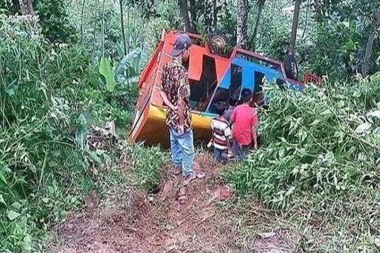 Odong-odong yang mengalami kecelakaan tunggal di tanjakan Sileses, Batang, Jawa Tengah. (Istimewa/Detik.com)