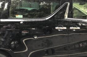 Mobil Toyota Alphard milik seorang pengusaha Solo yang ditembaki hingga delapan kali di Jl Monginsidi, Banjarsari, Solo, Rabu (2/12/2020) siang. (Solopos/Ichsan Kholif Rahman)