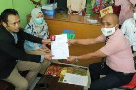 M. Badrus Zaman (kanan) menyerahkan persyaratan administrasi ke panitia Muscab DPC Peradi Solo di Kantor Peradi Solo, Kamis (3/12/2020). (Solopos-Ichsan Kholif Rahman)