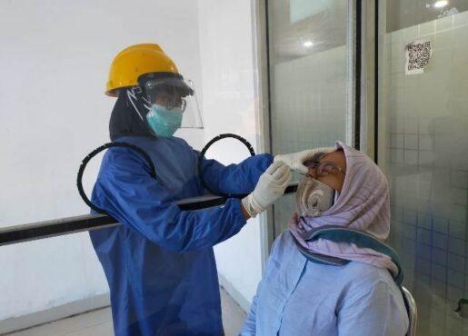 Calon penumpang saat menjalani rapid test antigen di Stasiun Madiun, Rabu (23/12/2020). (Istimewa/PT KAI)